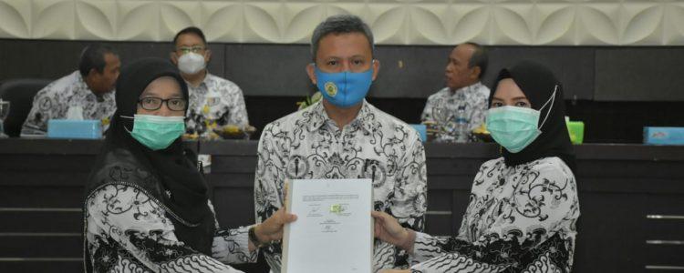Penandatanganan Kontrak Dr. Happy Fitria, M.Pd Sebagai Pemenang Hibah